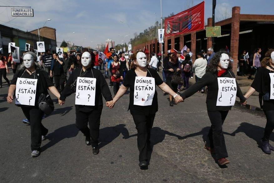 Des manifestants ont marché avec des pancartes demandant... (PHOTO IVAN ALVARADO, REUTERS)
