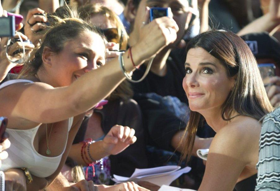 Sandra Bullock avec une admiratrice sur le tapis rouge. | 8 septembre 2013