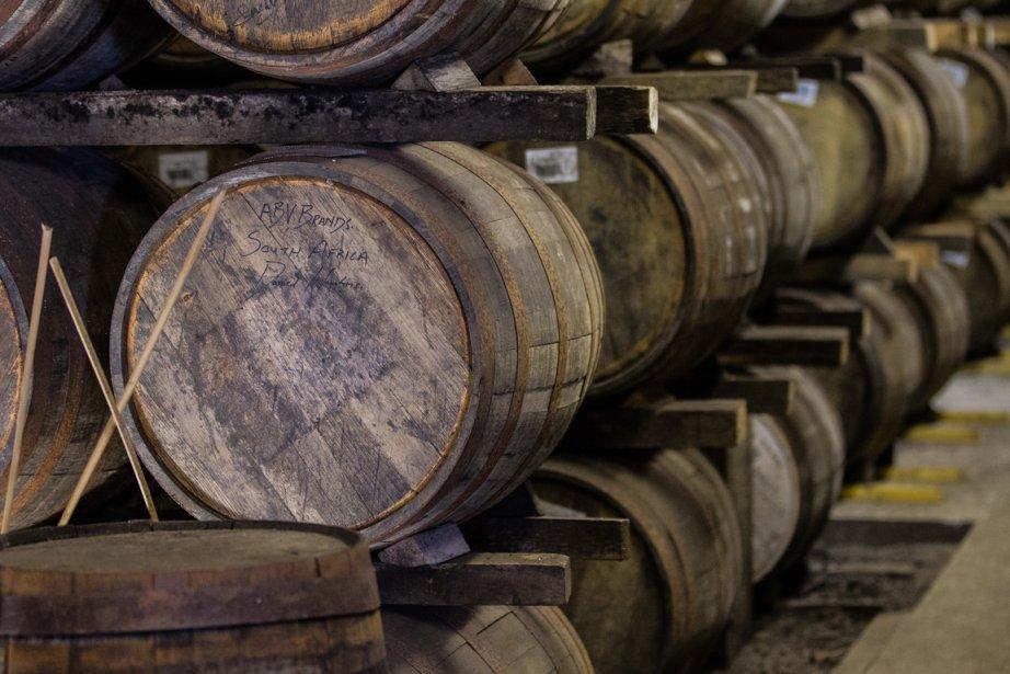 Distillerie Laphroaig. La maturation du whisky se termine dans des... | 2013-09-09 00:00:00.000