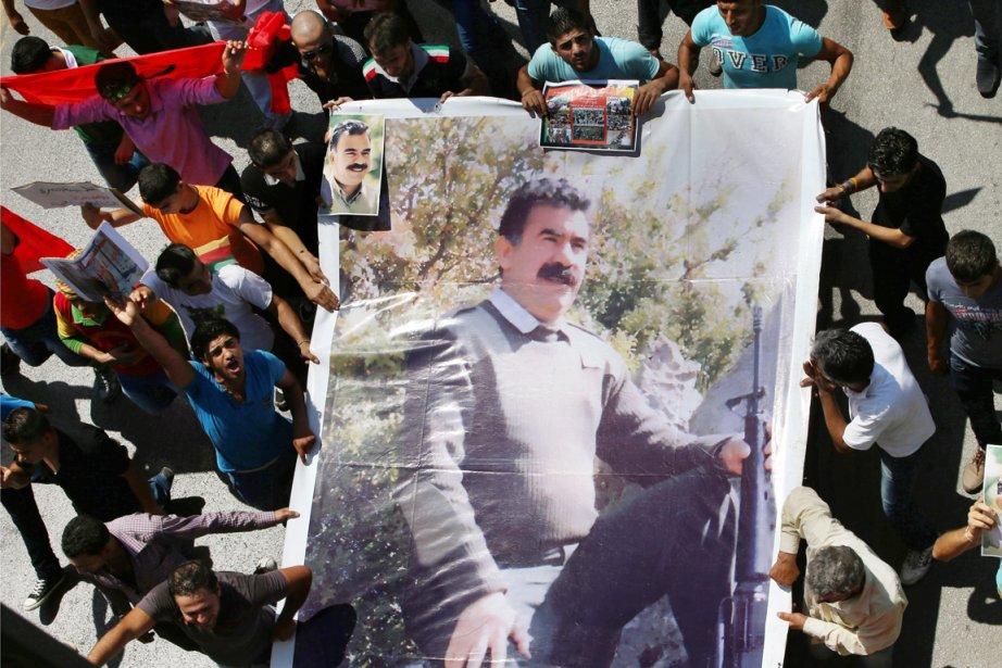Des partisans du chef historique du PKK Abdullah... (PHOTO HUSSEIN MALLA, AP)