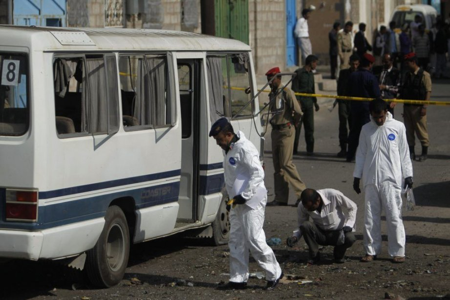 Des enquêteurs receuillent des éléments sur les lieux... (Photo Reuters)