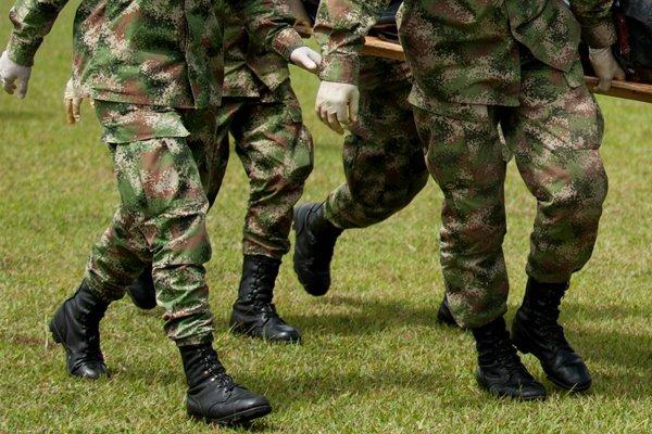 Un tribunal colombien a condamné cinq militaires à... (Photo d'archives AFP)