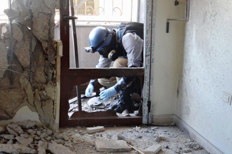 Un enquêteur de l'ONU collecte des échantillons des... (PHOTO AMMAR AL-ARBINI, ARCHIVES AFP)