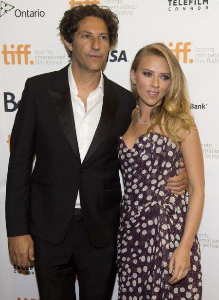 L'actrice Scarlett Johansson au bras du réalisateur de «Under The Skin», Jonathan Glazer. | 10 septembre 2013