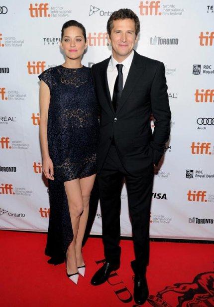 Le réalisateur Guillaume Canet, en compagnie de son épouse, l'actrice Marion Cotillard, arrivent à la première de «Blood Ties». | 10 septembre 2013