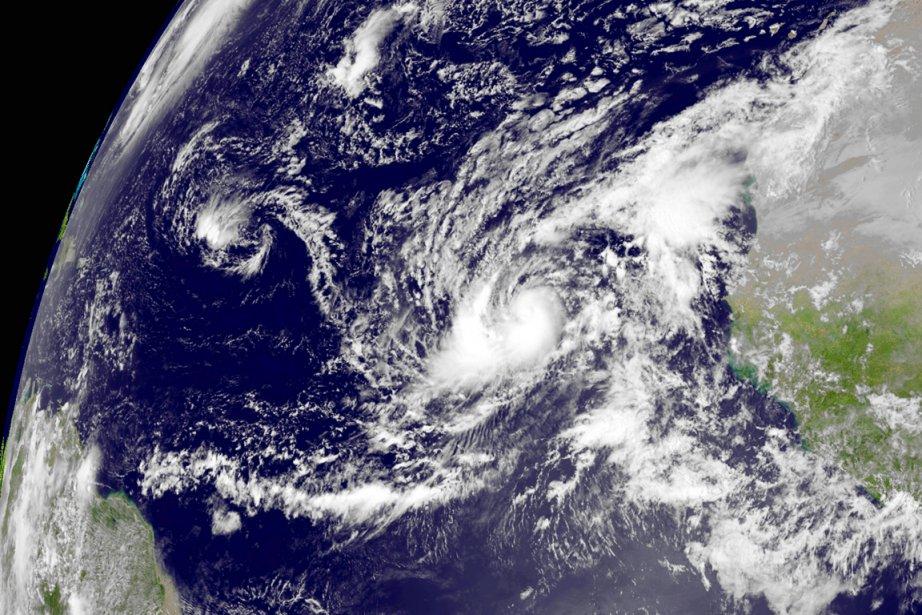 Humbertoest situé à environ 500 kilomètres à l'ouest-nord-ouest... (PHOTO NOAA/AFP)