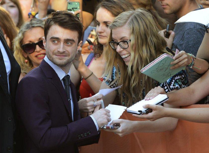 Daniel Radcliffe signe des autographes. | 11 septembre 2013