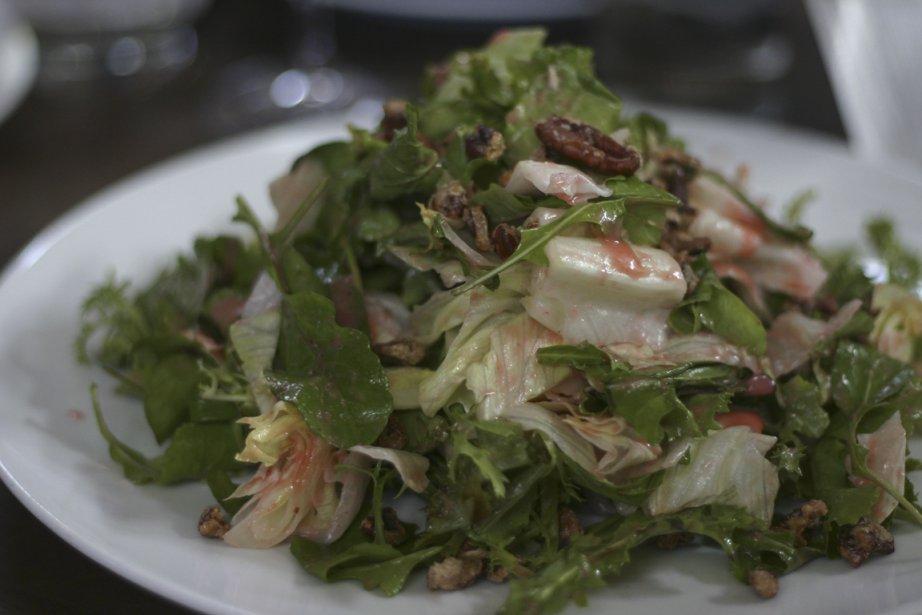 Salade verte aux pacanes sucrées avec une vinaigrette aux fraises du restaurant Underbelly. (Photo Valérie Simard, La Presse)