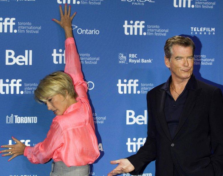 Les acteurs (et farceurrs) Emma Thompson et Pierce Brosnan avant la conférence de presse du film «The Love Punch». | 12 septembre 2013
