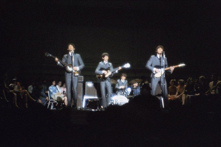 Les Beatles lors d'une performance en 1964.... (Photo: archives AP)