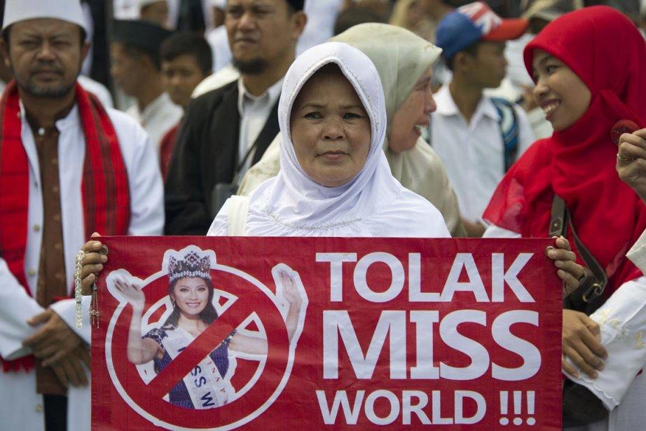 Les manifestants brandissaient des affiches sur lesquelles on... (PHOTO BAY ISMOYO, AFP)