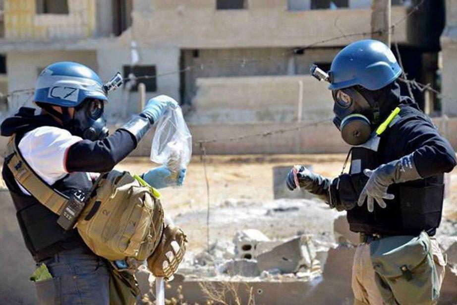 Des enquêteurs de l'ONU prélèvent des échantillons de... (PHOTO ARCHIVES AP)