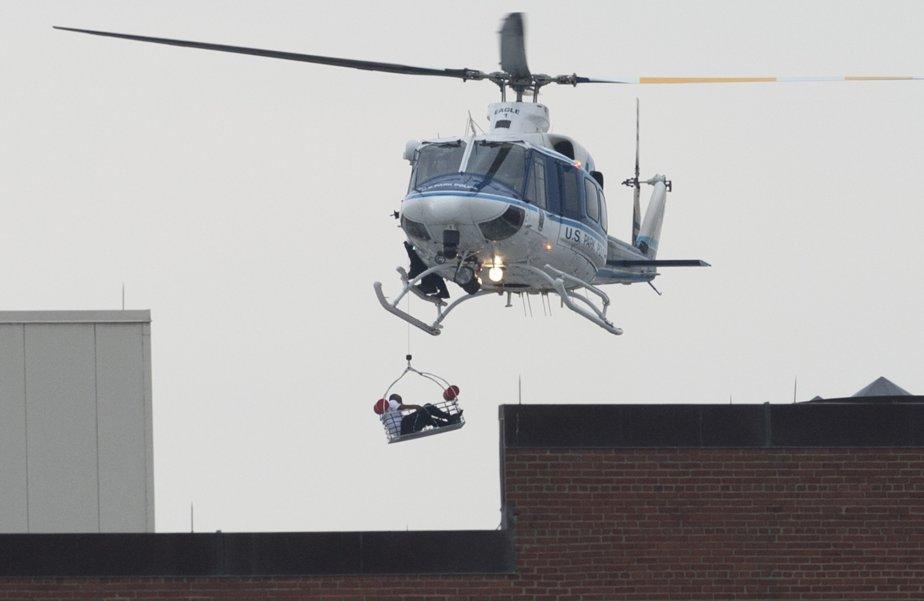 Un homme qui s'est retrouvé sur le toit de l'édifice pris d'assaut à été sauvé par hélicoptère. | 16 septembre 2013