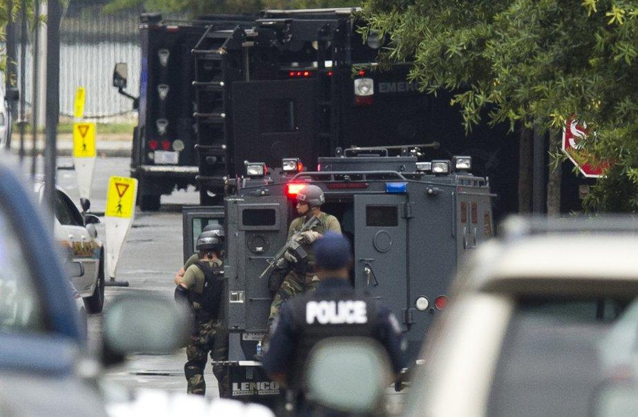 Une équipe d'intervention du FBI a été dépêchée sur le site qui était survolé par des hélicoptères tandis que des policiers pénétraient dans l'immeuble 197. Des centaines de policiers de différents corps sont déployés sur les lieux du drame. | 16 septembre 2013