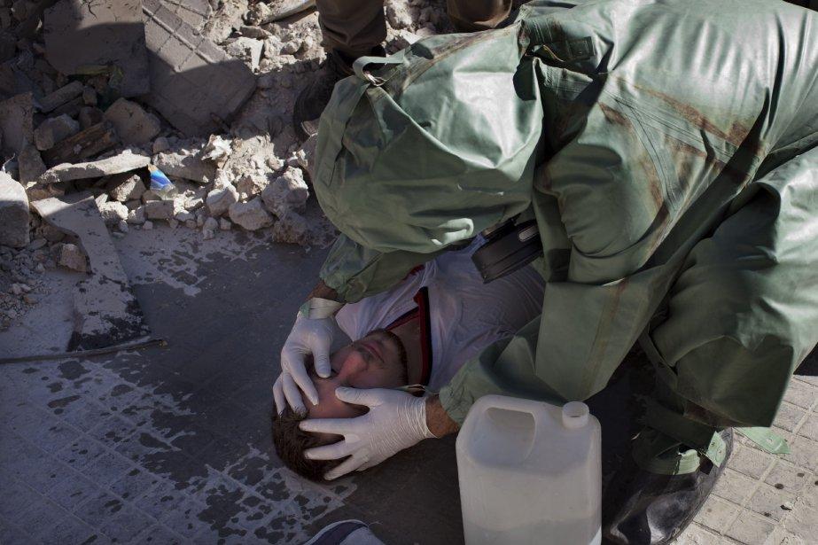 Un volontaire vérifie les pupilles d'un homme afin... (PHOTO JM LOPEZ, AFP)