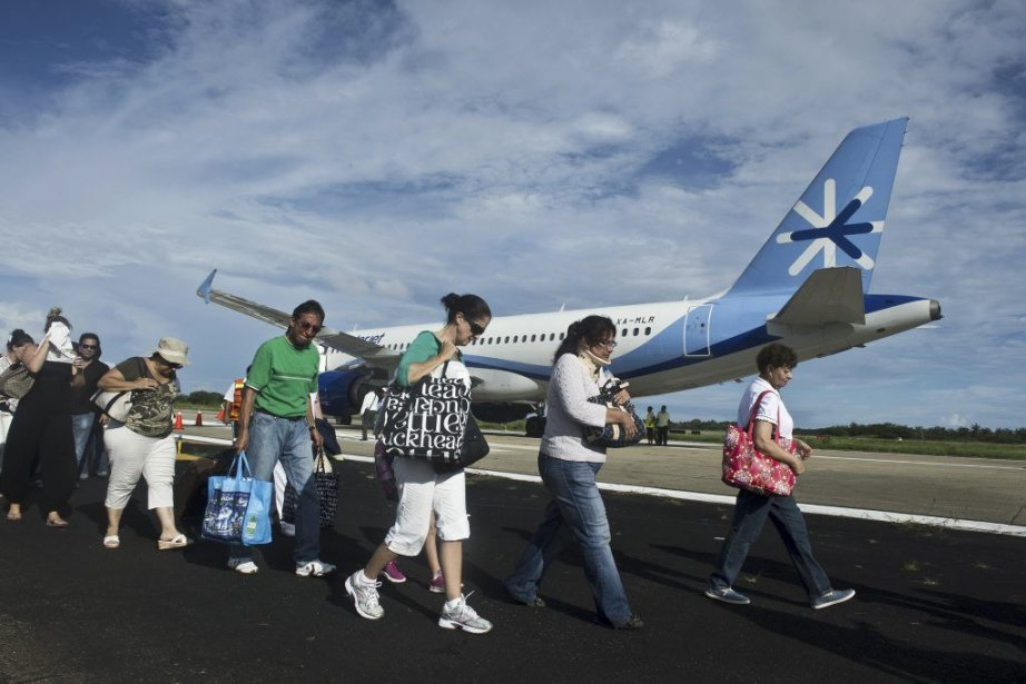 Le terminal de l'aéroport international d'Acapulco est inondé... (Photo AFP)