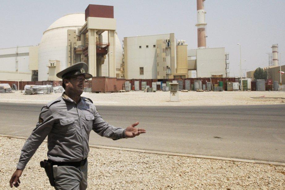 Un agent de sécurité iranien guide les journalistes... (PHOTO VAHID SALEMI, ARCHIVES ASSOCIATED PRESS)