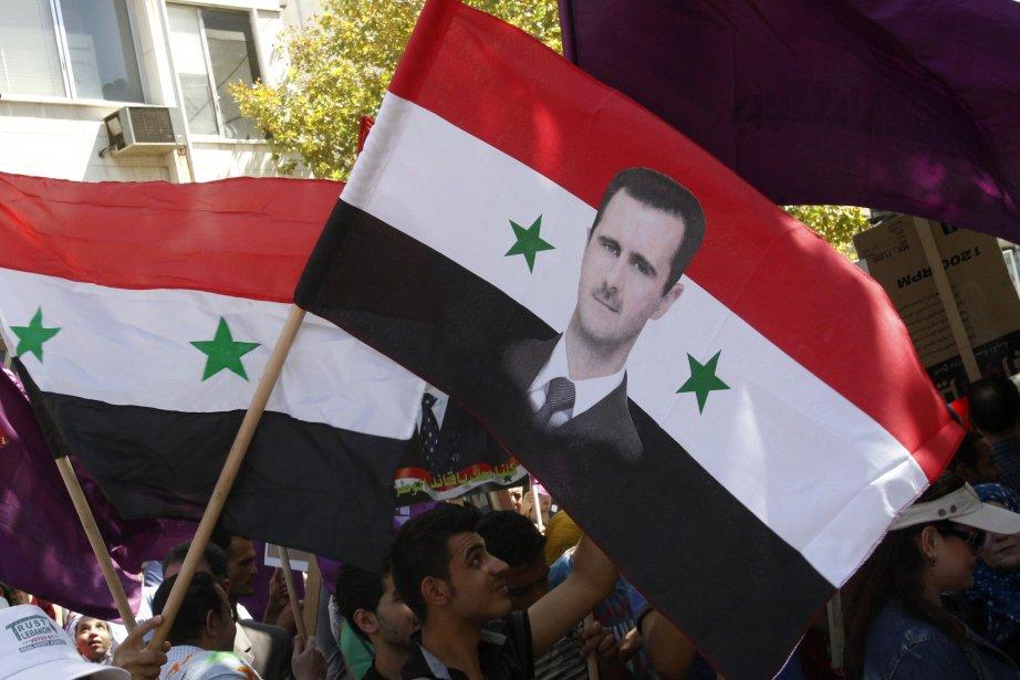 Des partisans de Bachar al-Assad affichent leur soutien... (Photo Khaled al-Hariri, Reuters)