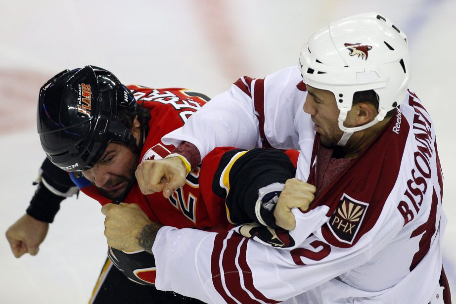 Paul Bissonnette lors d'un match contre les Flames... (Photo Jeff McIntosh, archives La Presse Canadienne)