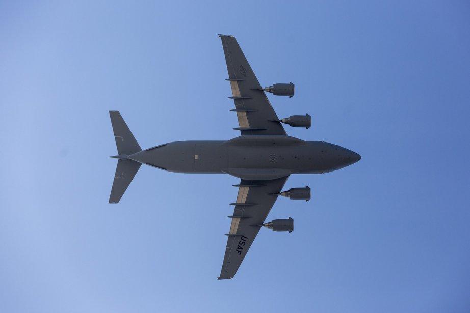 Un C-17 de Boeing... (Photo Damian Dovarganes, AP)