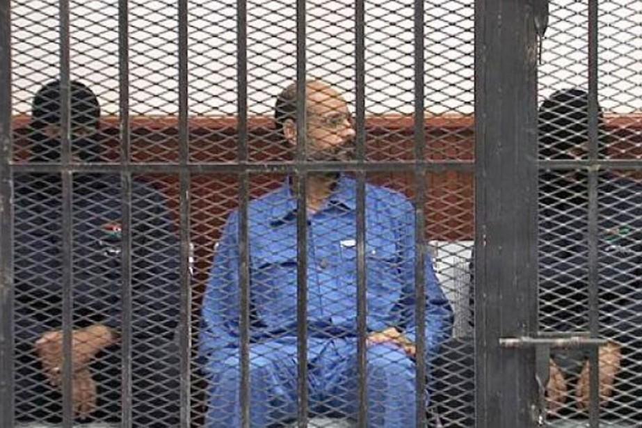 En tenue bleue de prisonnier, Saïf al-Islam est... (PHOTO ARCHIVES AFP)