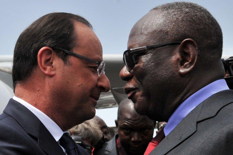 Le nouveau président malien, Ibrahim Boubacar Keïta, accueille... (PHOTO ISSOUF SANOGO, AFP)
