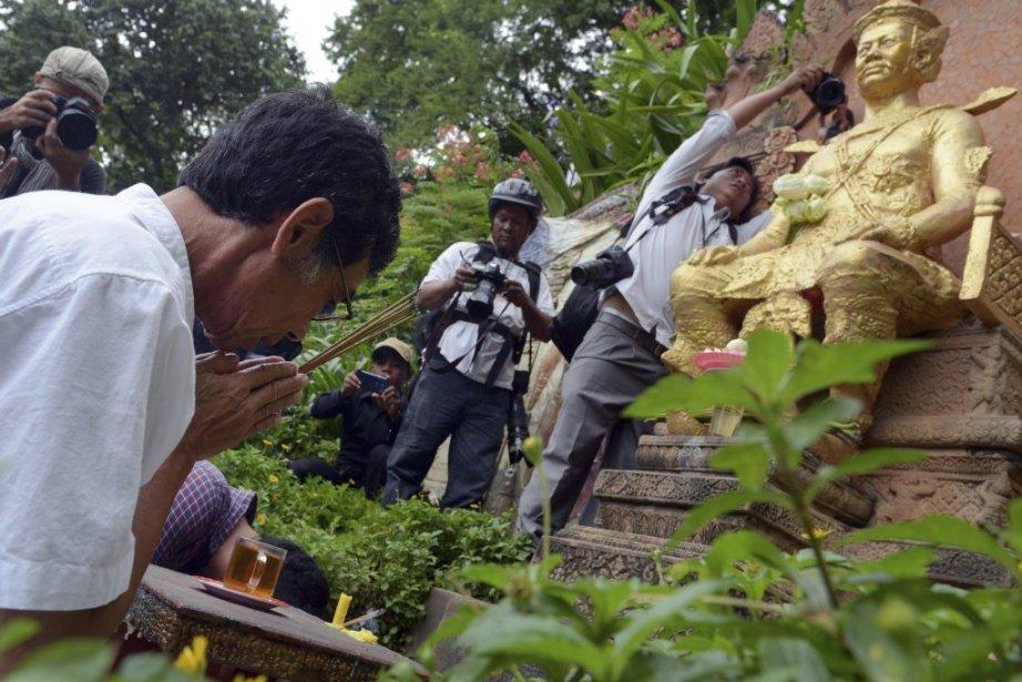 Leprince Sisowath Thomico prie en faced'unestatueduroi Sisowathsur le... (PHOTO TANG CHHIN SOTHY, AFP)
