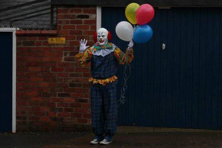 Ce clown amateur de Stephen King se tient... (Photo tirée de Facebook)