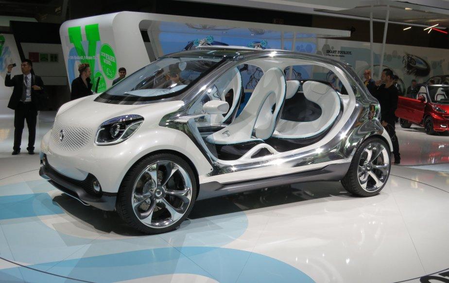 Mercedes-Benz exposait à son kiosque un prototype de Smart (Four Joy) qui pourrait très bien annoncer le look à venir de cette petite voiture. (Photo Éric Descarries, collaboration spéciale)