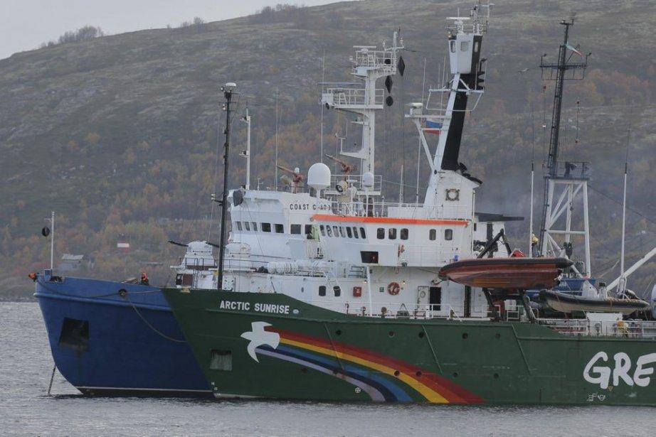 L'équipe de l'Arctic Sunrise, le brise-glace de Greenpeace... (Photo Associated Press)