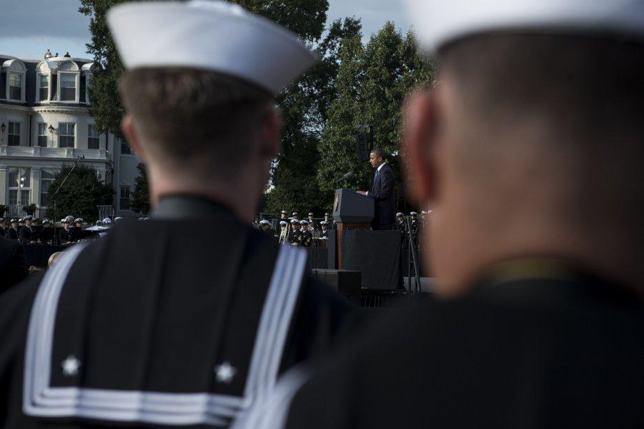Des officiers de la Marine américaine écoutent le... (Photo Brendan SMIALOWSKI, AFP)