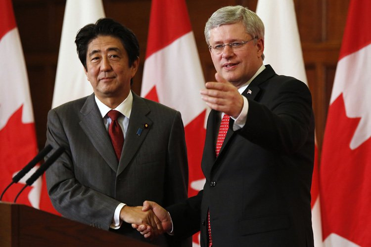 Stephen Harper a rencontré mardi son homologue japonais... (Photo: Reuters)