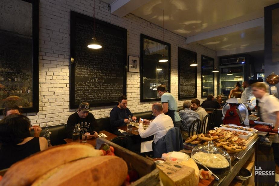 Sur les murs du restaurant, des miroirs vieillis,... (Photo Bernard Brault, La Presse)