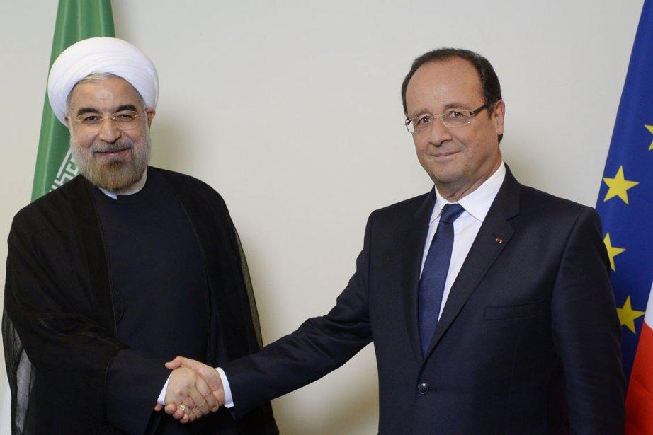 Le président iranien Hassan Rohani (à gauche) sert... (PHOTO MARTIN BUREAU, AFP)