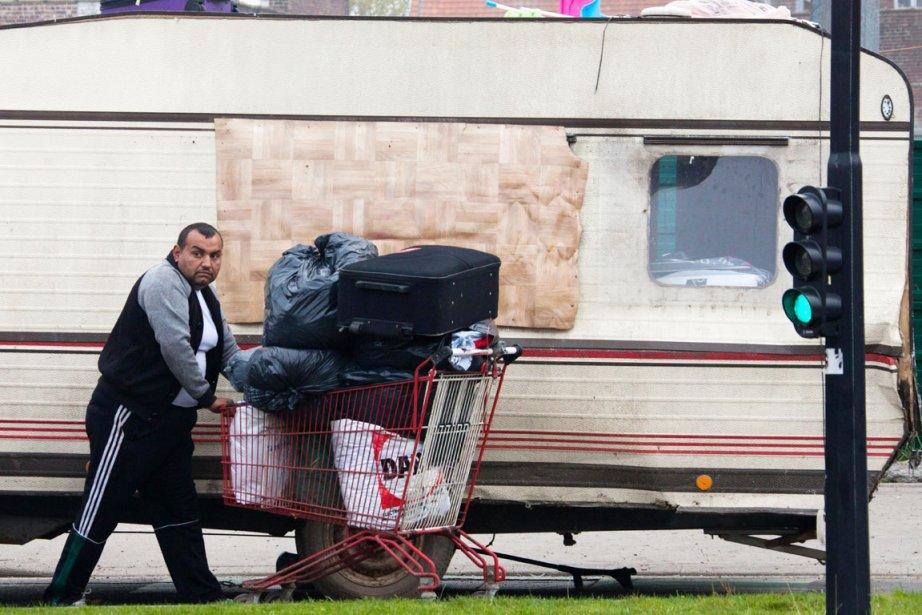 Un Rom pousse un chariot contenant ses effets... (PHOTO MICHEL SPINGLER, AP)