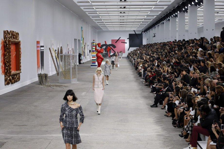 Les mannequins défilent au milieu de ces oeuvres,... (Photo AFP)