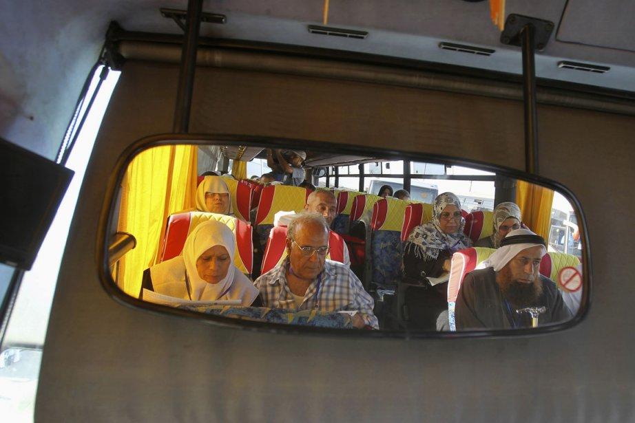 Des Palestiniens sont vus à bord d'un autobus... (PHOTO AHMED ZAKOT, REUTERS)