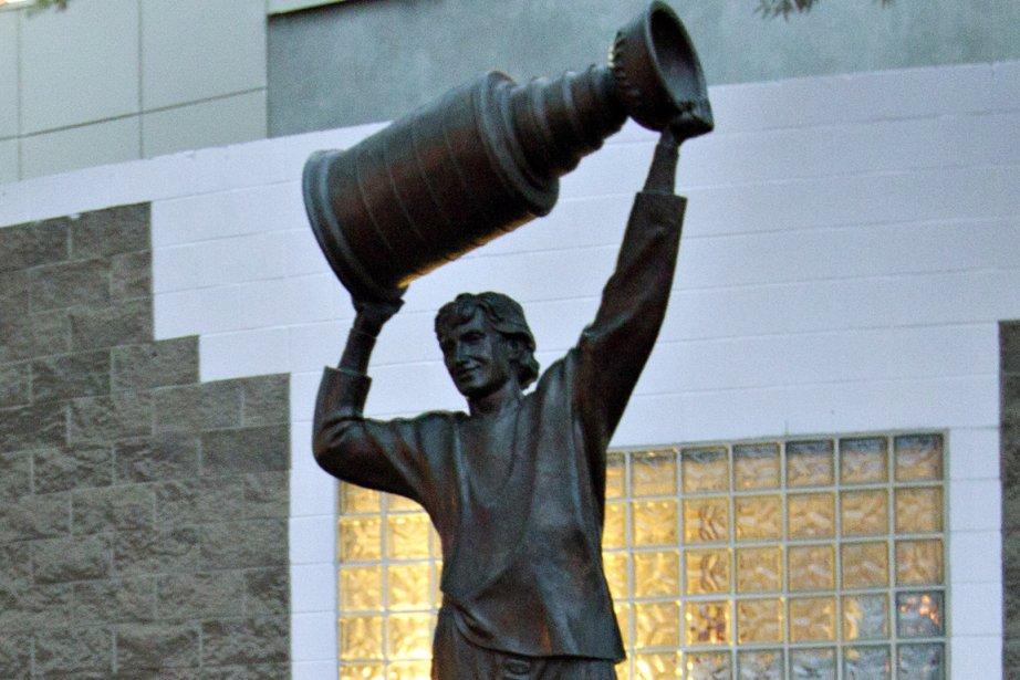 La statue de Wayne Gretzky à Edmonton.... (Photo /Jason Franson, archives PC)
