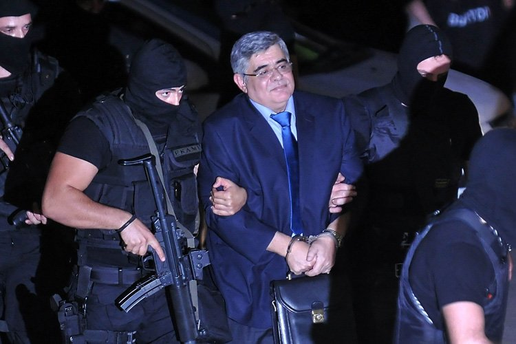 Nikos Michaloliakos a été conduit en cour mercredi... (Photo: AFP)