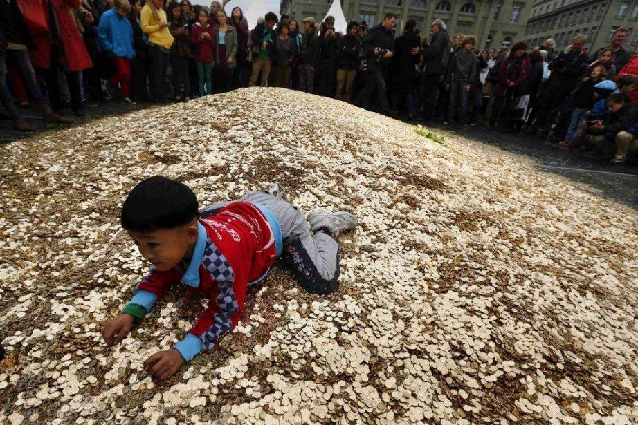 Un enfant s'amuse sur les pièces déposées sur... (PHOTO DENIS BALIBOUSE, REUTERS)