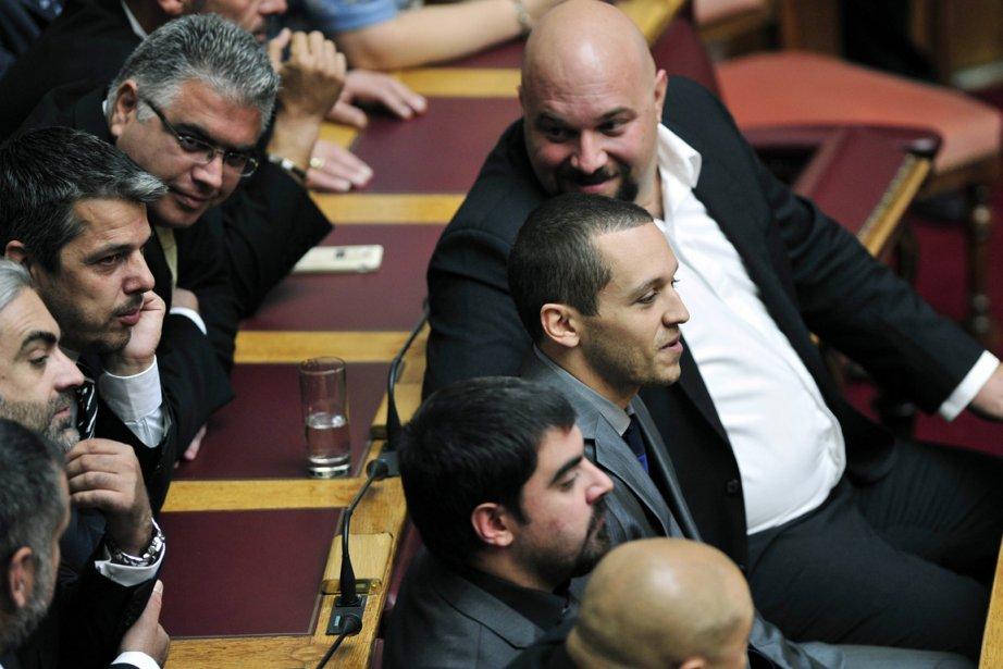 Le porte-parole du parti Ilias Kassidiaris (au centre,... (PHOTO LOUISA GOULIAMAKI, AFP)