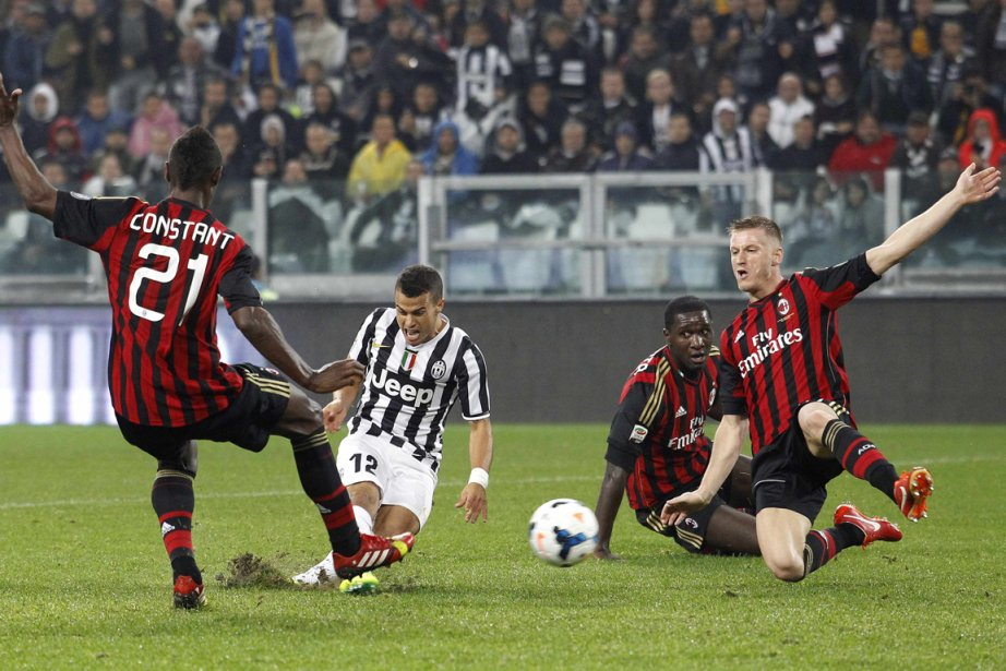 Les partisans de l'AC Milan ont scandé des... (Photo Giampiero Sposito, Reuters)