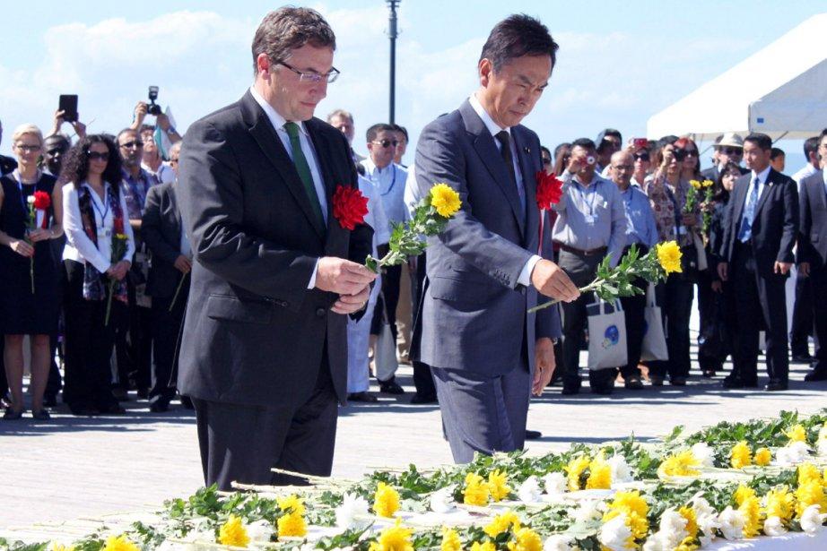 Le ministre japonais de l'Environnement Nobuteru Ishihara (à... (PHOTO AFP/JIJI PRESS)