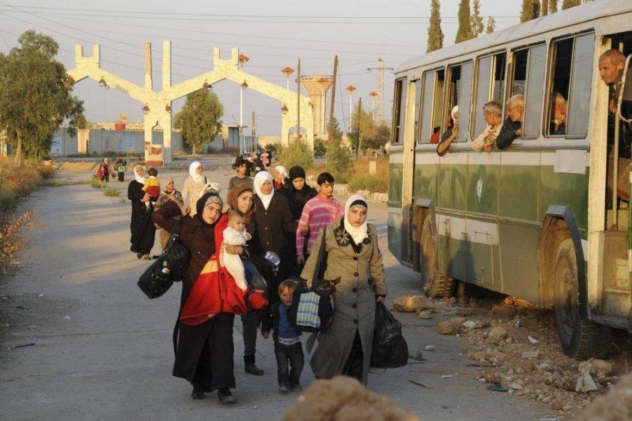 Des femmes sont évacuées parle Croissant-Rougesyrien àMouadamiyat al-Cham,... (PHOTO SANA/AGENCE FRANCE PRESSE)