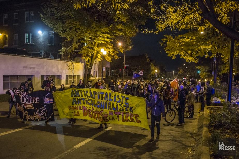 De façon pacifique, ils ont parcouru la rue... (PHOTO OLIVIER PONTBRIAND, LA PRESSE)