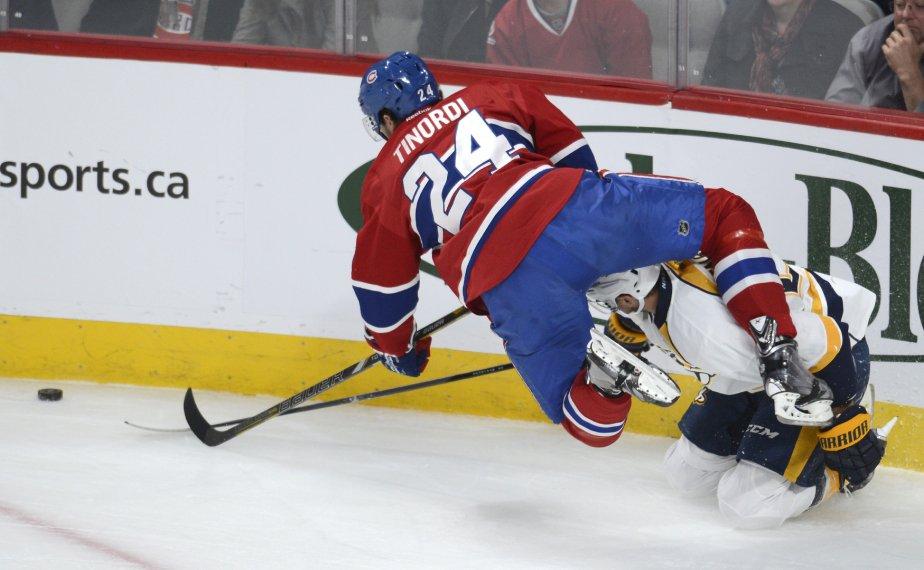 Jared Tinordi du Canadien se bat avec Viktor Stalberg pour le contrôle de la rondelle. (Photo Bernard Brault, La Presse)