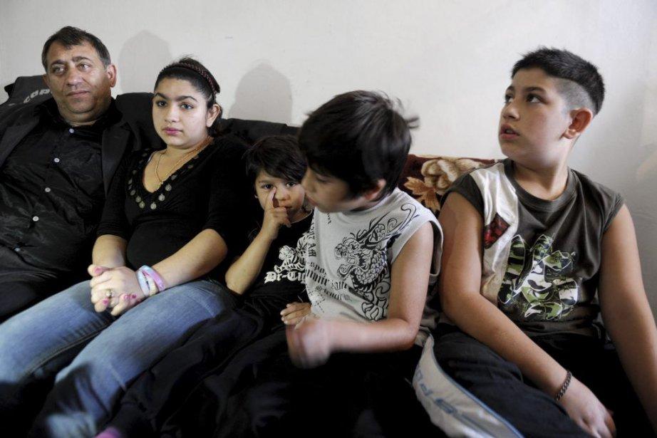 Leonarda Dibrani(2e à gauche) est entourée de son... (PHOTO ARMEND NIMANI, AGENCE FRANCE PRESSE)