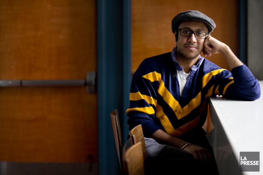 Le metteur en scène Ravi Jain montre sur... (PHOTO MARCO CAMPANOZZI, LA PRESSE)