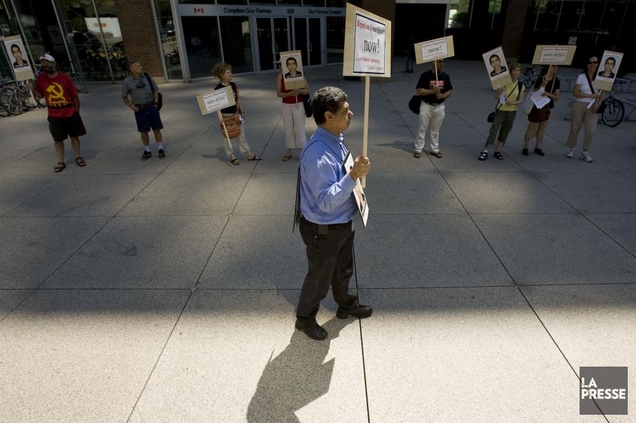 Des citoyens manifestent devant le complexe Guy Favreau... (Photo David Boily, archives La Presse)