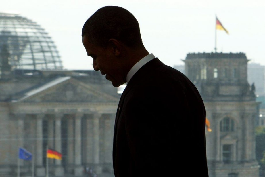 Barack Obama devant lepalais duReichstag, à Berlin, en... (PHOTO JIM YOUNG, REUTERS)